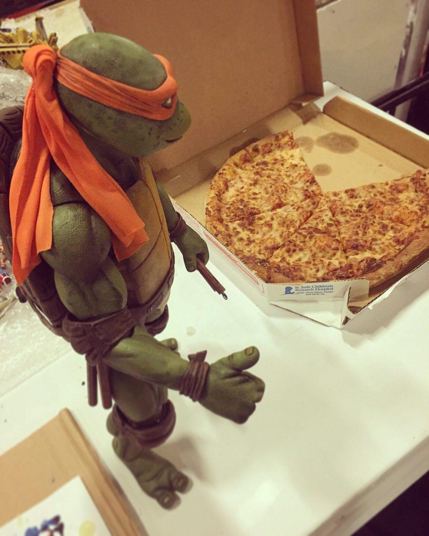 NECA Toys Teenage Mutant Ninja Turtles 1/4″ Scale Michelangelo Studio Image